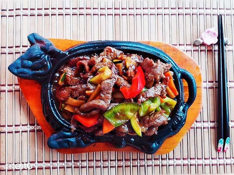 Rindfleisch auf dem heißen Platten-quellenhof
